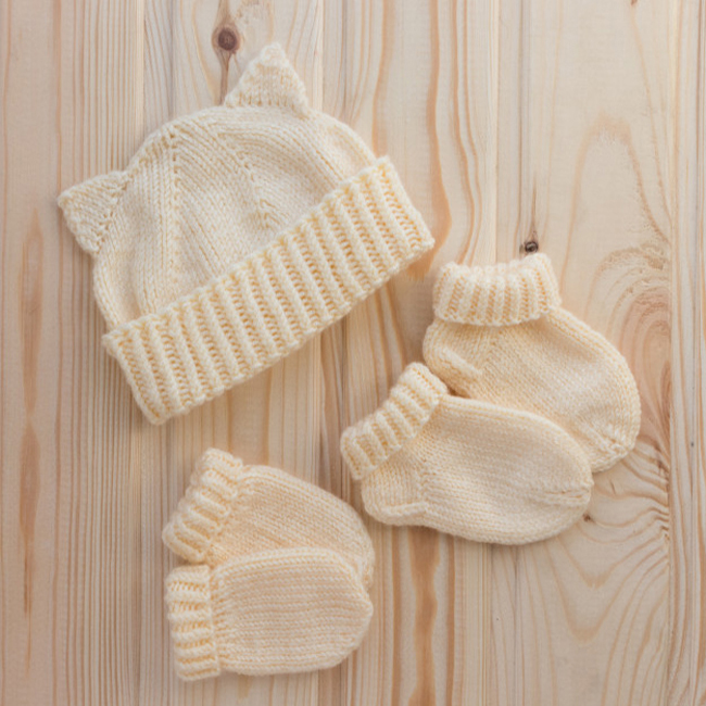 set-hand-knitted-baby-accessories_117466-104